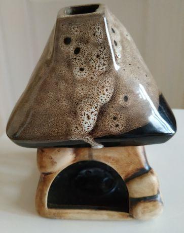 Lampion ceramiczny w kształcie domku.