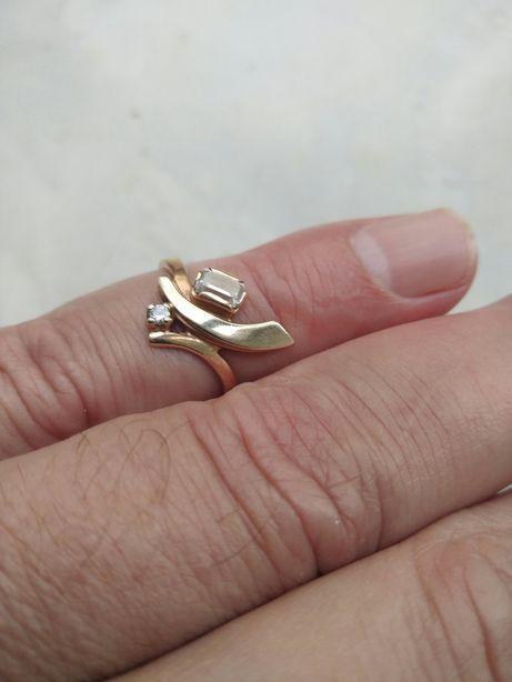 Шикарное золотое кольцо 585 пробы.