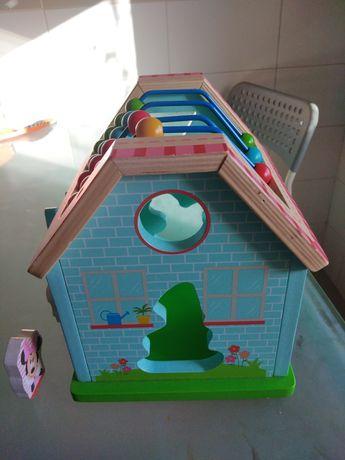 Casa do Mickey, colorida, com formas e contador, em madeira
