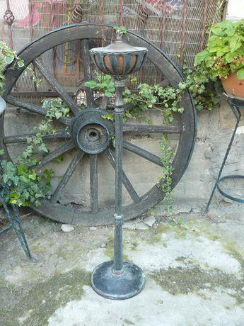 Stara żeliwna lampa naftowa na olej zewnętrzna ogrodowa .