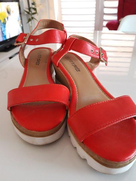 Ładne czerwone sandały