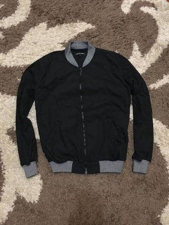 Чорна тонка куртка вітровка бомбер levis