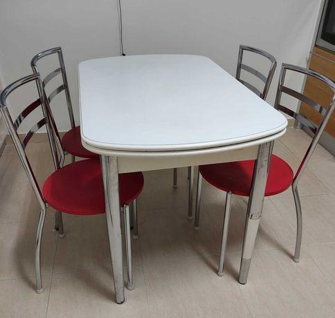 Mesa extensível e 4 cadeiras de cozinha