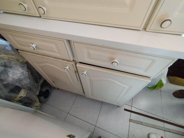 Armário com gavetas e portas cozinha