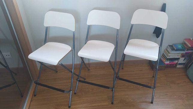 Cadeiras altas brancas