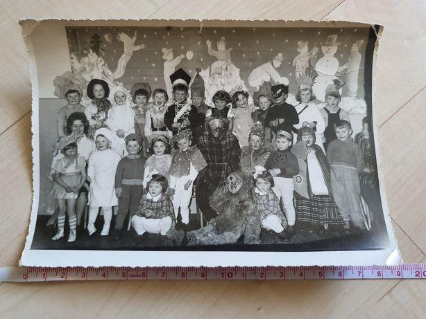 Stare zdjęcia, szkoła, dzieci, bal przebierańców, stroje PRL