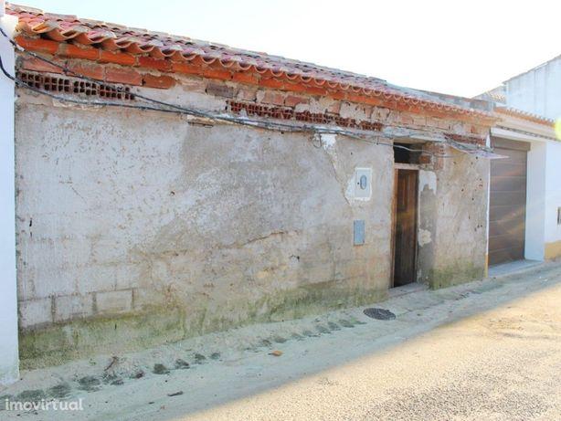 Moradia térrea para recuperar localizada em Vila de Frades