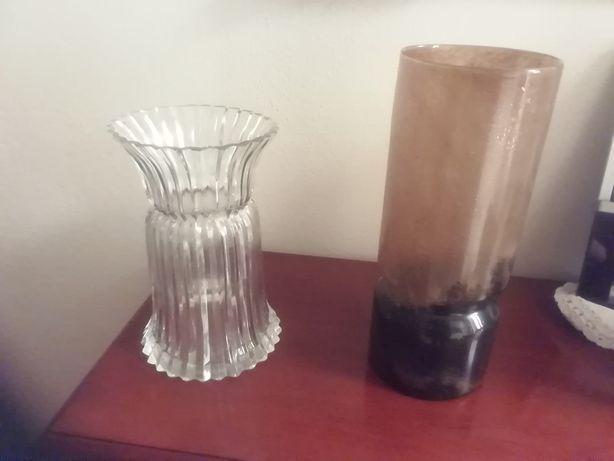 Duas jarras em vidro.