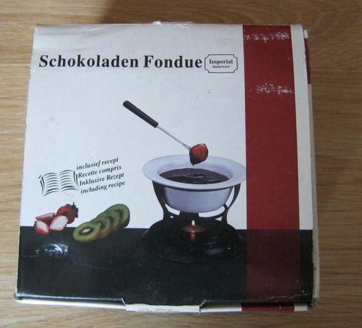 Ceramiczne fondue do czekolady i sera dla czterech osób.