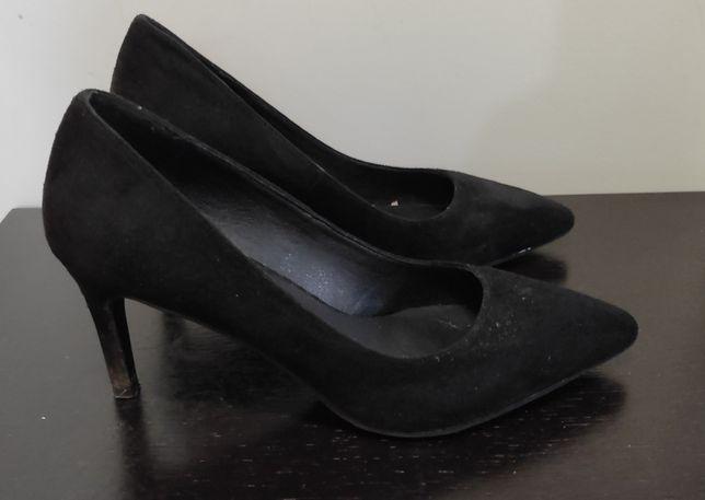 Sapatos fechados pretos