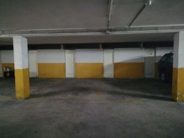 Espaçoso lugar de garagem com arrumos