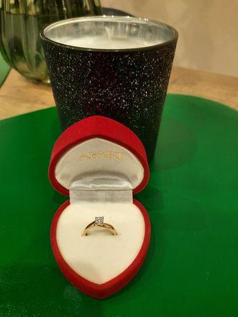 Złoty pierścionek z brylancikami APART