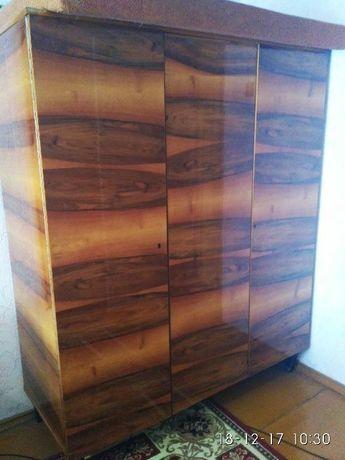 трехстворчатый шкаф из натурального дерева