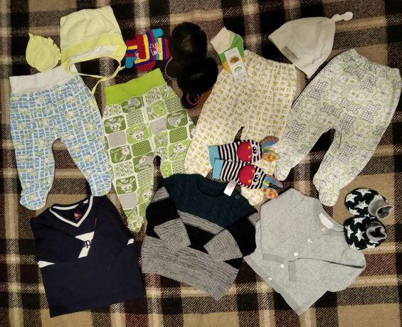 Пакет теплых вещей +носочки- погремушки, пинетки-сапожки ,от 0-6 м