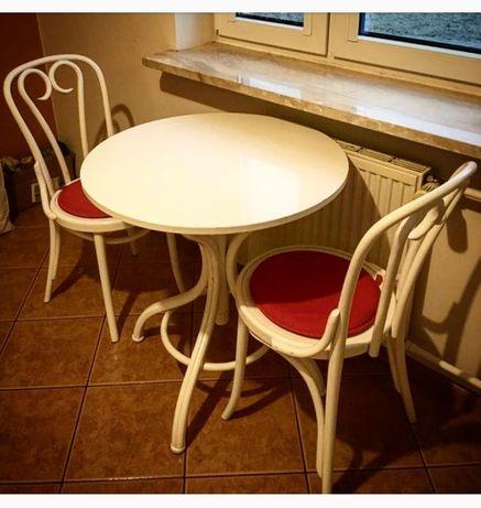 drewniany stolik i 2 krzesła