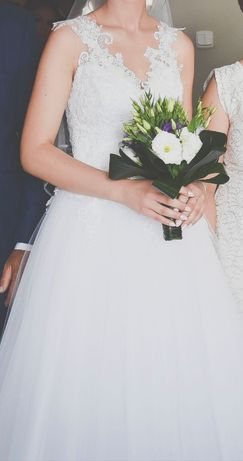 Biała koronkowa suknia