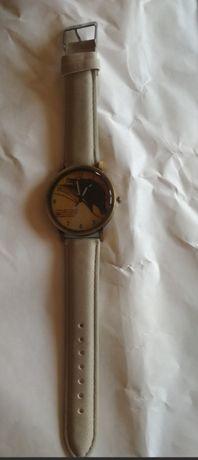 Elegancki zegarek z koniem na szarym pasku