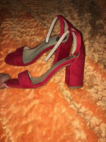 Sandálias de salto Novas