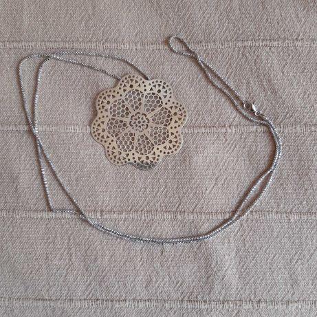Colar em prata com pendente floral