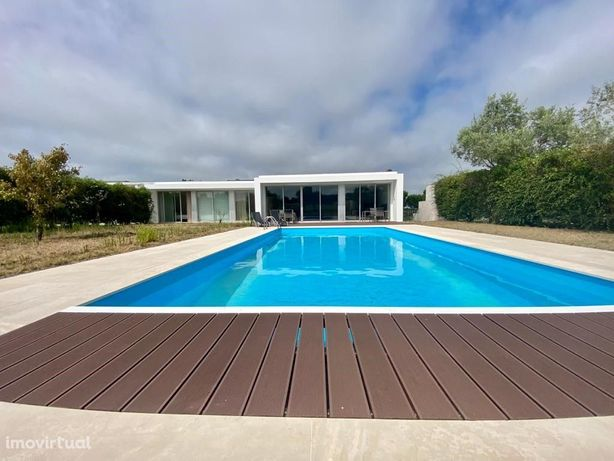Moradia V3 com piscina inserida em condomínio de luxo