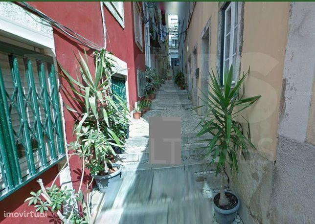 T3 duplex mobilado em bairro típico de Lisboa com vista panorâmica para o rio Tejo