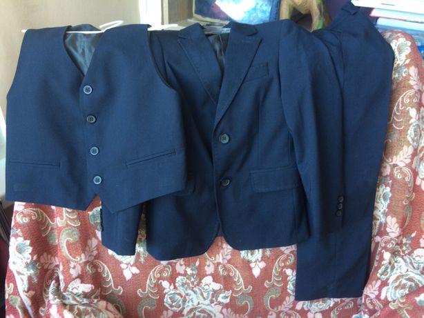 Продам школьный костюм (пиджак брюки жилет) плюс рубашки в подарок