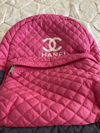 Рюкзак  для девочки очень удобный.