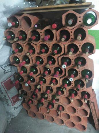 Garrafeira em tijoleira com garrafas