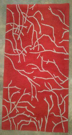 Tapete vermelho com riscos brancos 142x72
