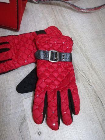 Efektowne czerwone pikowane rękawiczki z paseczkiem