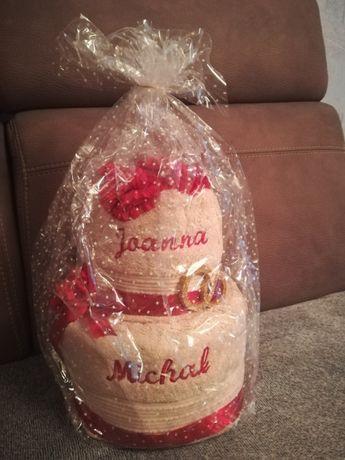 Tort z ręczników z haftem Joanna i Michał oraz 2 bukiety kwiatów