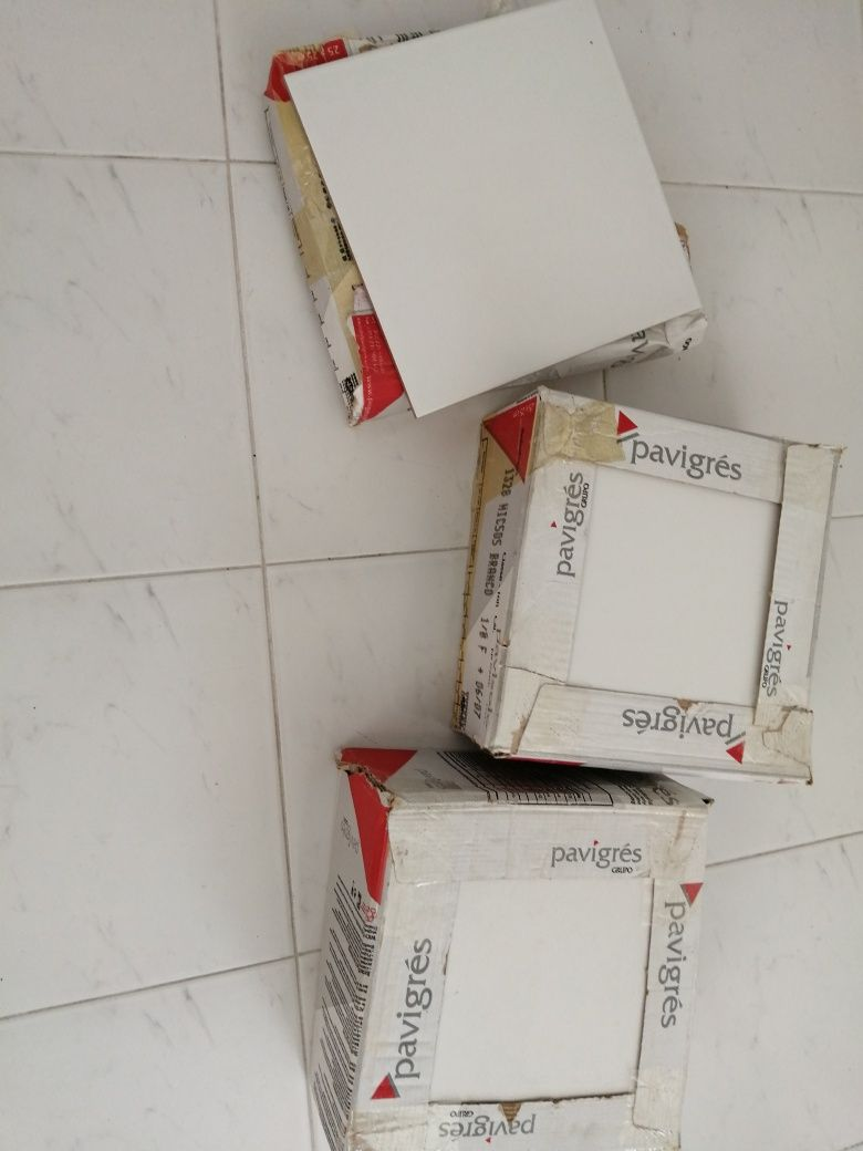 2 caixas cheias + 5 azulejos por 5 euros
