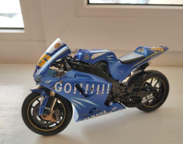 Модель мотоцикла Yamaha YZR-M1'05 No.46 V.Rossi - 1:12
