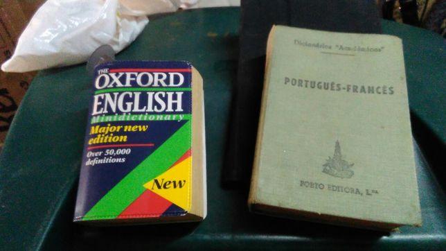 Dicionários de português_francês da Porto_Editora e outro de Inglês.