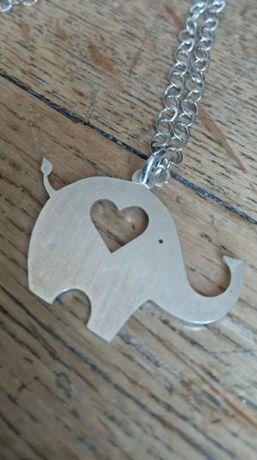 Srebrny łańcuszek ze słoniem