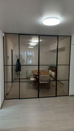 Стеклянная перегородка с раздвижной системой. стеклянные двери. стекло