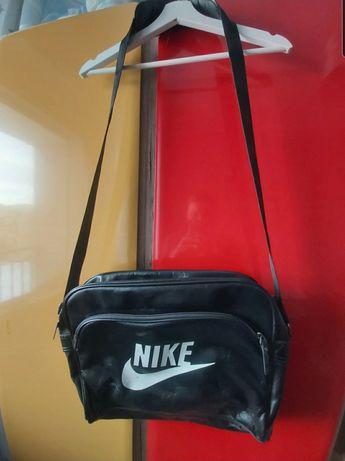 Praktyczna torba na ramię Nike