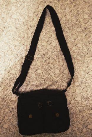 Bawełniana, czarna, mała torebka, z kieszonkami z przodu i zamkiem.