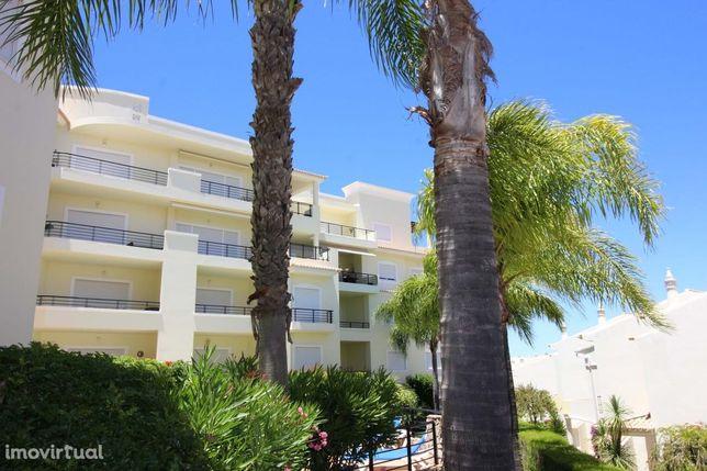 Espaçoso Apartamento De 3 Quartos Com Piscina E Vista Mar