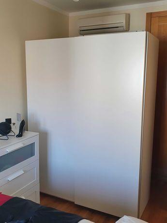 ROUPEIRO IKEA Branco com Portas de correr, como novo. 6 meses de uso.