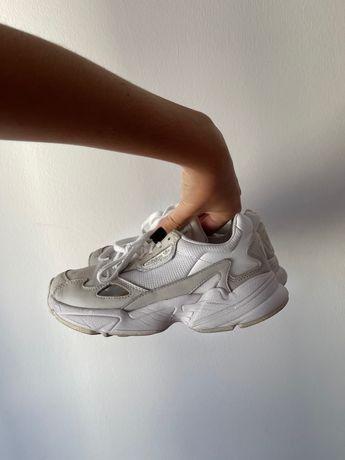 Tenis da marca adidas