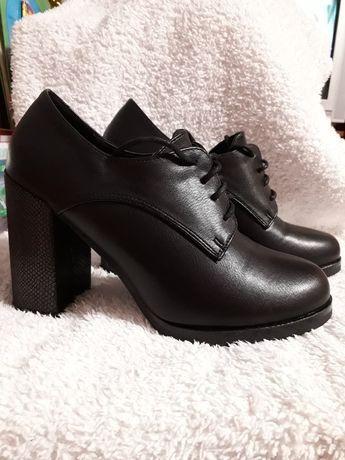 Туфлі закриті на шнурку