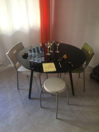 Mesa sala em vidro com duas cadeiras e um banco