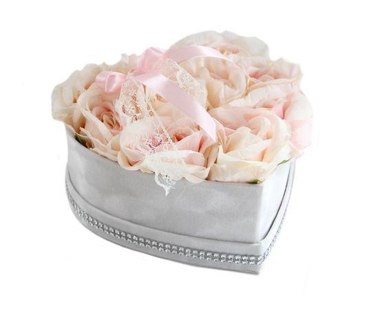 Bukiet FlowerBox PUDROWE RÓŻE w welurowym sercu