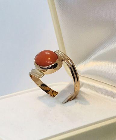 Złoty pierścionek z naturalnym koralem r-16