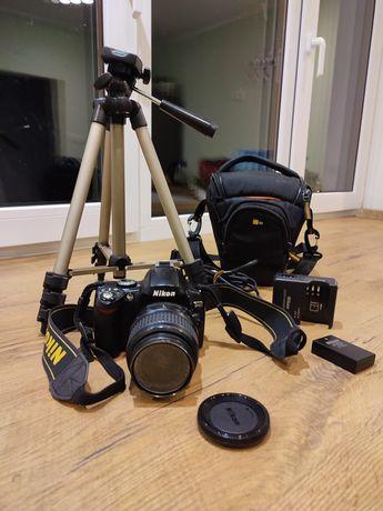 Nikon D40 z obiektywem, statyw, akumulator i torba