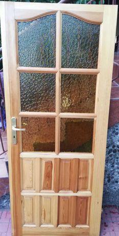 Drzwi drewniane z szybą.