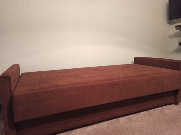 Łóżko pojedyncze z pojemnikiem na pościel.