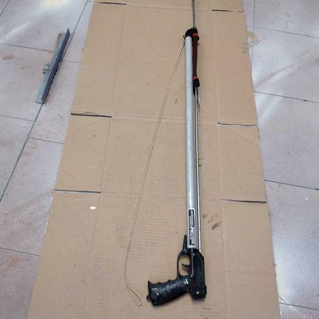 Arma de caça submarina com arpão.