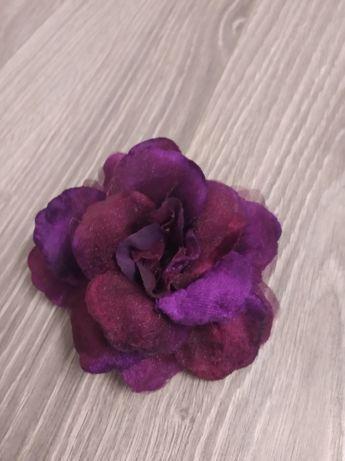 Sprzedam broszkę różyczkę w kolorze fioletu.